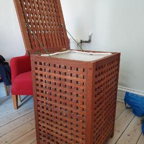Vasketøjskurv i flot træ, med aftagelig pose. Måler 50x50x80