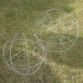 To fine trådkugler evt til pynt med lys i haven. Ruster ikke.  Ø 40 og 60cm   Mp 100
