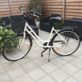 """28"""" damecykel. Købt ved Thansen d 4/9 2015 for 3098 kr. Kørt meget lidt og altid stået inde. 7 indvendige gear. Der er ikke lås og lygter på cyklen. Bon/bog medfølger."""