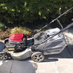 Super fin græsslåmaskine fra Honda. Vi købte den midt i sæsonen sidste år, så den har kun kørt en halv sæson. Den har kørt super godt uden problemer. Der er opsamler på den. Kraftig benzinmotor. Den har stået i et isoleret skur over vinteren. Da vi ville starte den her i weekenden kunne vi ikke få gang i den, men vi gider heller ikke bruge tid på det, da vi i mellemtiden har fået en robotklipper. Derfor sælges den til en god pris som beset.