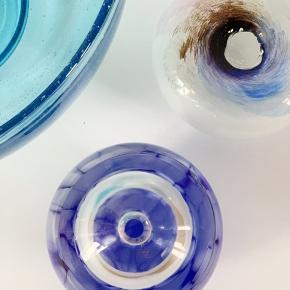 Gammel olielampe, som jeg synes passer perfekt som en lille vase - til en enkelt blomst. Ø10 H10