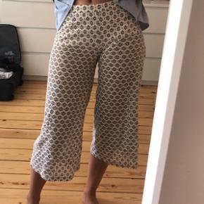 De små hvide shorts indenunder kan sættes op eller ned på låret :)