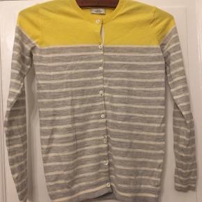 Mads Nørgaard cardigan str xsmall gil og grå uldblanding. Længde 56cm. Pæn stand. 100kr Kan hentes kbh v eller sendes for 40kr dao