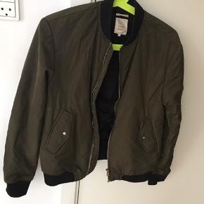 Fed bomber jakke som passer perfekt som overgangsjakke