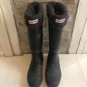 Sorte Hunter gummistøvler med grå strømpe.