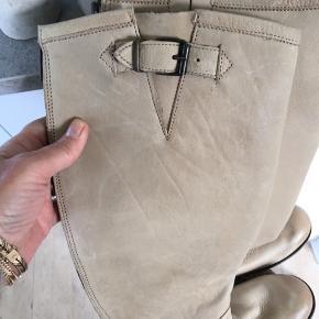 Superfede kraftige læderstøvler med lynlås bagi. Lange og med kraftig sål. Helt nye med prismærke.
