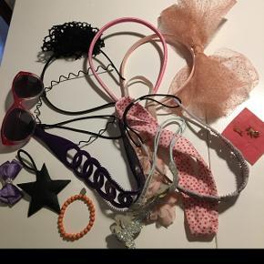 Tøse pakke 6-9 årIndeholder: 4 hårbøjler. 5 hårbånd. Solbriller. Armbånd. 2 nye fingerringe. 2 hårelastikker. Samlet : 100kr