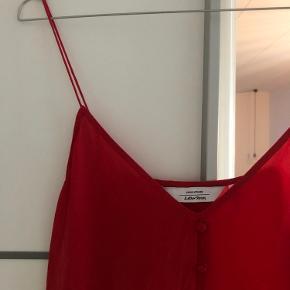 Super simpel og smuk top lavet af 100% silke. Brugt en enkelt gang.