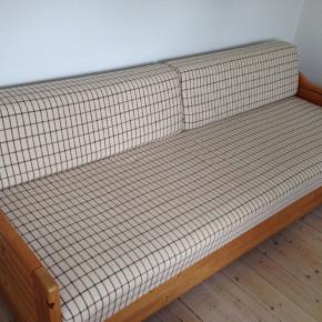 Sovesofa. Rygpuderne kan lægges ned, så sofaen kan anvendes som seng.