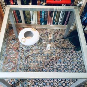 Retro sofabord 60x60 cm tykt glas og aluminium stel , højde 48 cm . Købt meget dyrt i 70' erne . I fantastisk godt stand. Sælger pga flytning .