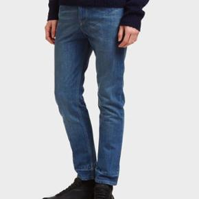 Varetype: jeans Størrelse: 29 Farve: Blue Oprindelig købspris: 4000 kr.  Brand new with tags Lanvin jeans.   Retail was 450GBP, tag still attached from LN-CC. Have the receipt.