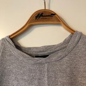 """Fin t-shirt, som har en """"flettet"""" hals.  Jeg har den også til salg i lyseblå.   Se også mine andre +100 annoncer! Dixie, Selected femme, Modstrøm, Neo noir, Second female, Ecco, Vagabond, Eastpak"""