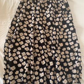 Fin nederdel fra Nue Notes. Brugt få gange og er i perfekt stand.  Kom med et bud!