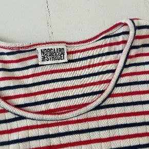 Jeg sælger denne langærmede Mads Nørgaard med røde, hvide og blå striber. Den har været brugt nogle gange men har  ingen tegn på slid. Køber betaler fragt:)