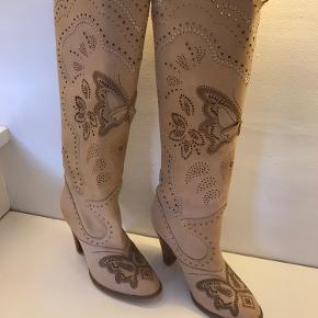 Helt nye støvler i cowboy inspireret look str.38. Aldrig brugt da jeg har for bredde lægge til dem.  BYD gerne!