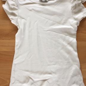 Lækker t-shirt i rib- råhvid, kun brugt 3-4 gange, men der et lille hul/se sidste billede/.