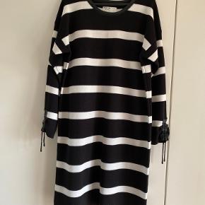 Smart kjole . Brystvidde 54x2 længde målt midt bag 91 cm 85% acryl 15%uld