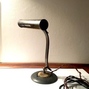 Bordlampe - messing - H:31 x W:20.5cmAdjustable arm. Beautiful details and solid construction.