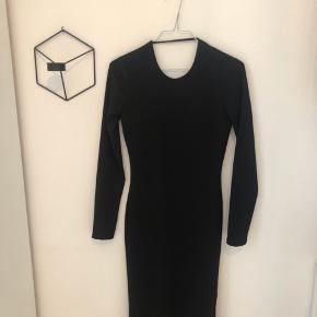 Halv lang kjole med udskæring på ryggen 🌸