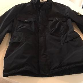 Super lækker jakke fra Stone Island , brugt få gange, har dog fået et lille bitte hul fra en glød, ses dog ikke når man har den på. Ellers er den som ny og har heller ikke været vasket. Den har en skjult hætte i kraven. Er købt i Illum, ny pris var ca 4500kr. Modellen hedder David Tela Light-TC.