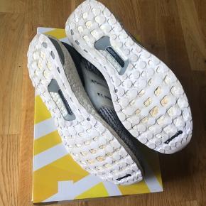 """Adidas Ultra Boost 3.0 i """"Oreo"""" colorway. Skoene er i god stand, men har været brugt, og har derfor nogle små fejl (se billede). De har dog mange gode """"wears"""" i sig endnu.  Størrelse EU 46 / US 11.5 / UK 11"""