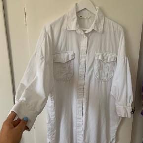 Skøn skjorte/kjole i fløjl 💛 den fejler ingenting, får bare desværre ikke gået med den:(