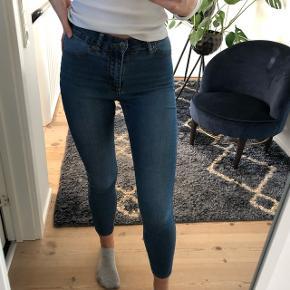 Lækre og stretchy Skinny jeans fra cheap monday, som sidder super godt  Sælges da jeg synes de er for korte til mig (er 175) Gået lidt op i syningen ved bukseben (se billede) men ikke noget man lægger mærke til Str. 26-27