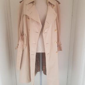 Sælger min klassiske 1990'erne vintage burberry jakke, da jeg ikke kan passe den. Har købt den i en engelsk vintage shop, og har kvitteringen derfra:)  Kan passe str M - XL