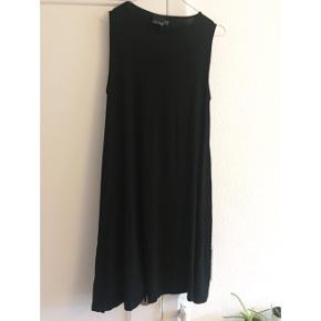 Asos tall str. 40. Simpel sort a-formet kjole. Ca. 88 cm lang fra skulderen og ned. Brugt én gang!  Sender gerne med DAO :)