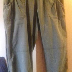 Mærket er ZbyZ , 2 x 53 cm plus elastik i liv, længde 57 cm..armygrøn bomuld...