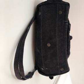 """Skøn ruskindstaske fra Caterina Lucchi. Plads til computer 12/13"""" og andre ting. Med skulder strop.   Kom med bud!  Køber betaler fragt (40DKK) :)"""