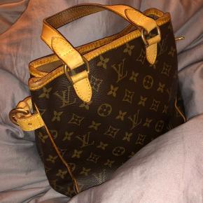 Louis Vuitton taske fra 2005. Står i god stand, men med en lille smule slid på nederste flade - dog ikke noget, man bemærker. Måler cirka 26x22x13.