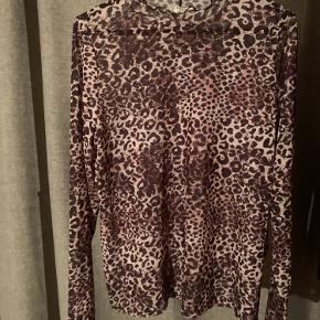 Leopard trøje i mesh, passer m/l. Med blonde ved hals.