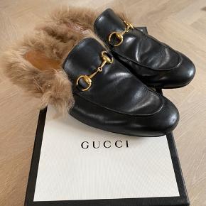 Lækre Gucci Princetown slipper med pels. Super fin stand, men selvfølgelig slid på sålen, som ikke kan undgås. Små i størrelsen  Original æske og pose til skoene.   Ny pris 6000
