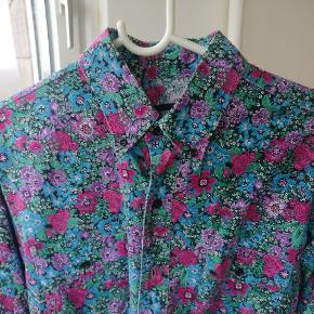 Vintage wrangler western skjorte i herligt blomster tema. Ren bomuld to lommer front og en str. 16 hvilket på vores breddegrader er en M/L. Er i en rigtig fin condition uden nævneværdige forhold.