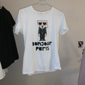 """Der er et lille hul, den sælges derfor forholdsvist billigt. Ny pris var 40$ men der kom også moms og andet oven i (den kostede omkring 400kr) Der står i trøjen """"made in China"""" men den er 100% ægte, det er bare der trøjerne bliver lavet. Den er købt i en ægte Karl Lagerfeld butik, og har også kvoteringen. Skriv privat for mere info.:)"""
