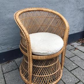 💫✨💫✨Lækker fletstol med rund hynde.  475kr  Har også en fletreol der passer til.  #bambusstol #fletstol #vintagebambus #bambusmøbler #fletmøbler #kurvestol #vintageflet