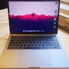 """Sælger denne Macbook Pro Touch Bar 13"""" 2017. I5 processor, 8 GB ram og 256gb harddisk.  Købt sidste år og næsten ikke brugt, derfor fejler den intet. Den har et meget lille hak i bunden (se billede 3), dog ses dette ikke. Nypris 14.000, er åben for bud 😁"""