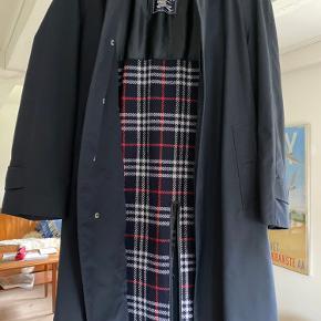 Burberry Vintage trenchcoat Helt fejlfri, ingen tegn på slid.  Passer en på 180cm  Str. L  Uldfoer kan lynes ud