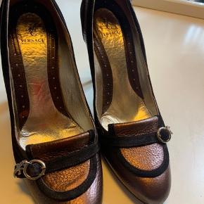 Fine stiletter fra Versace. Købt herinde. Har fået nye hæle på. Men de er for høje til mig. Virkelig smukke. 500+