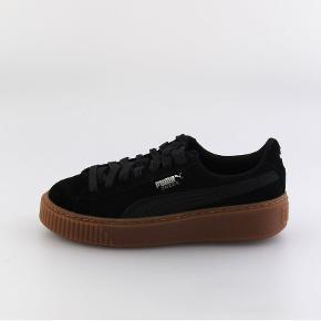 Helt nye puma sneakers i ruskind. Rigtig behagelige. De er aldrig brugt, og har kostet 700 kr for ny. BYD