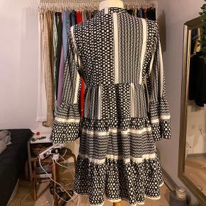 Rigtig fin kjole fra only, mønster i sort og hvid