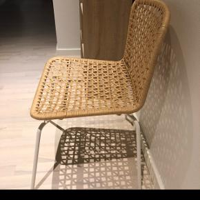 Fed stol i flet, aldrig brugt, kun stået til pynt.
