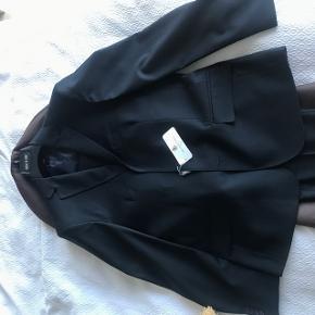 Farven er sort eller meget mørkeblåt, svært at  se. Spritnyt, sælger da bukserne er for små til mig. Sælges som fuldt jakkesæt!