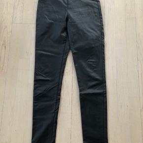 Coatede bukser med elastikkant i livet. Brugt to gange. Str M