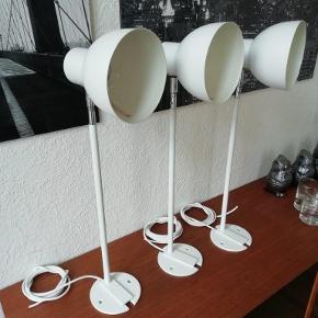 """3 stk. vildt velholdte Asger Bay Christiansen loft / væg lamper  Modellen hedder Bulen III  Lampen produceres stadig under navnet """"Boblen"""" Priser pr. stk. i dag i ABC lys ca. kr. 3600  Lamperne er købt i 1987, men står næsten som nye Der er monteret nye runde ledninger i lamperne  Dette er klassikere af dansk designhistorie  Lamperne er flotte og kræver ikke noget renovering og kan derfor hænges op med det samme.   De er med E27 keramiske fatninger samt indbyggede afkølings lufthuller, så de tillader alt fra halogen til LED pærer.   Du kan bruge dem som direkte eller indirekte lys  Lampehovedet har en diameter på 14 cm De er monteret på en 40 cm arm med loft / vægbeslag  Lampehovederne kan drejes op /ned samt side til side og låses i position med umbrakonøgle  Her får du designlys som ikke ret mange ejer  Sælges samlet for kr. 4000 De kan sendes for kr. 49  Du er meget velkommen forbi og se dem"""