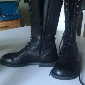 Flotte støvler fra Angulus med snørebånd foran og lynlås i siden. Str. 40 men passer en 39. Perfekt til vinteren.