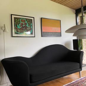 Gubi Grand piano chaiselong i sort uld. Sofaen fremstår meget pæn og velholdt.