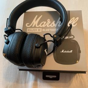 Marshall høretelefoner sælges. Brugt få gange. Alt medfølger:) få (næsten usynlige) tegn på slid. Skriv gerne for billeder af dette. Kom gerne med et bud.  Kassen indeholder: - hovedtelefoner - brugermanual - oplader - kabelstik, så de kan bruges som normale høretelefoner uden Bluetooth