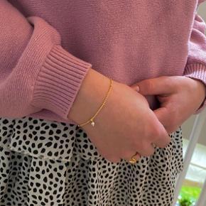 Justerbart armbånd i ægte forgyldt Sterling sølv og lille perle i armbånd og lås. Byd gerne